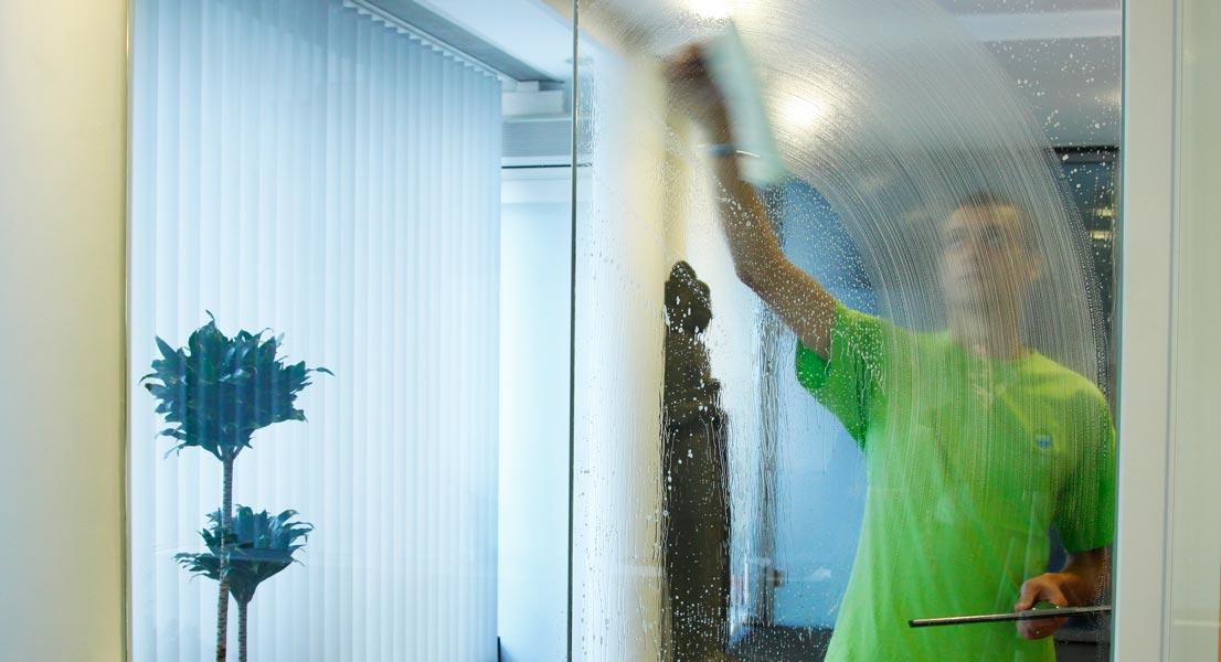 Reinigung Geschäftsfläche Glaswand