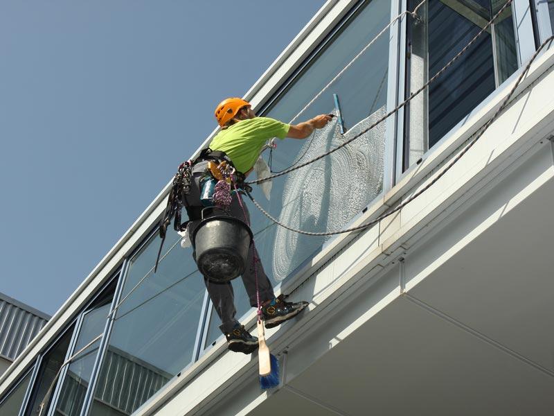 Fensterreinigung mit Industriekletterer